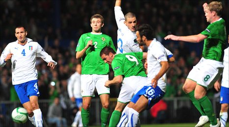 David Healy misses out as he heads wide from close range