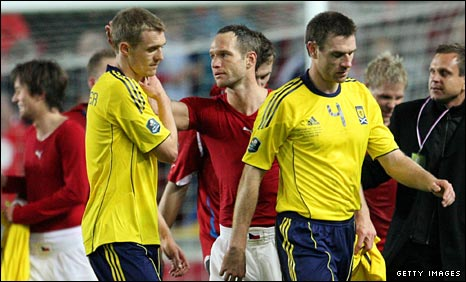 Darren Fletcher and Stephen McManus leave the field in disappointment