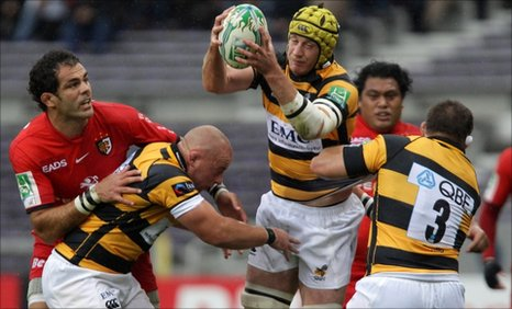 Richard Birkett of Wasps (centre) gathers the ball