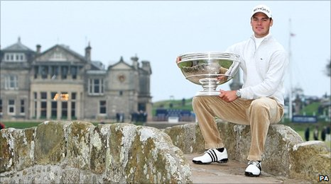 Martin Kaymer on Swilkin Bridge with the Dunhill Links trophy at St Andrews