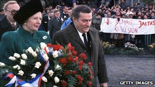 British Prime Minister Margaret Thatcher and Solidarity leader Lech Walesa walk on November 4, 1988 with a wreath to the Gdansk monument commemorating the shipyards workers' killing in 1970.