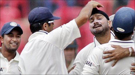 Pragyan Ojha (L) and Harbhajan Singh (second right)
