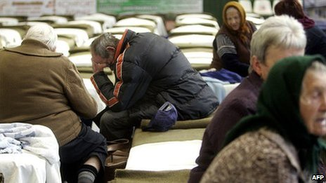Elderly people evacuated from the village of Kolontar silting in the beds in the Sports Hall in Ajka