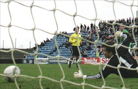 Kyle Lafferty equalises for Northern Ireland in Toftir