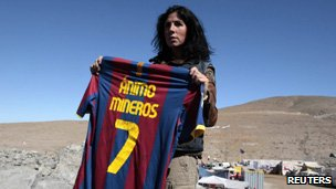 Cristina Cubero holds up Barcelona shirt signed by David Villa, 09/09
