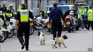 Metropolitan Police with sniffer dogs