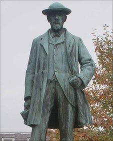 Daniel Owen statue