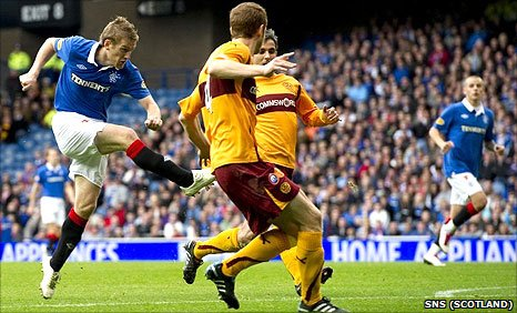 Rangers midfielder Steven Davis scores his team's second