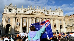 Australian pilgrims wave flags in St Peters Square at the Vatican (17 Oct 2010)