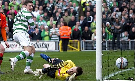 24c43a5d35 Gary Hooper scores a 90th-minute winner for Celtic