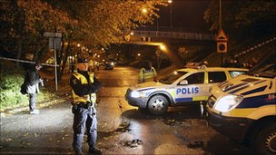Police investigate shooting at Sorbacksgatan in Malmo. 21 Oct 2010