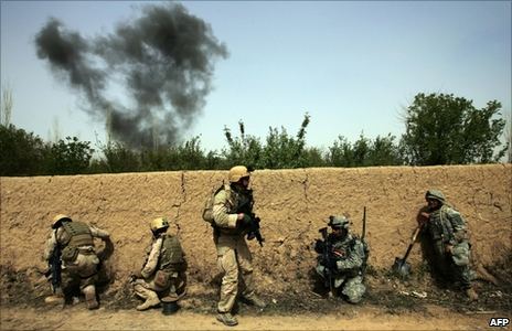 US soldiers take cover behind a wall in Diyala province (19 March 2008)