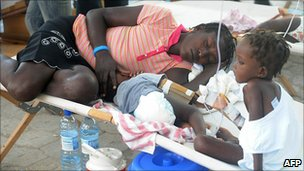 Cholera sufferers receive treatment at St Nicholas' hospital, St Marc, Haiti (24 Oct 2010)