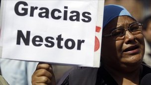 A woman holding a sign saying &#039;Gracias Nestor&#039; (&#039;Thanks Nestor&#039;), Buenos Aires, Argentina