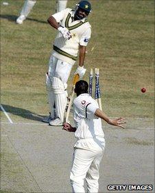 Inzamam-ul-Haq avoids a throw from Steve Harmison