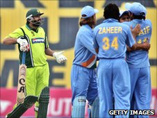 Inzamam-ul-Haq is given out 'obstructing the field' in 2006
