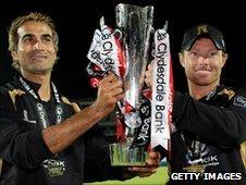 Imran Tahir (l) and Ian Bell of Warwickshire