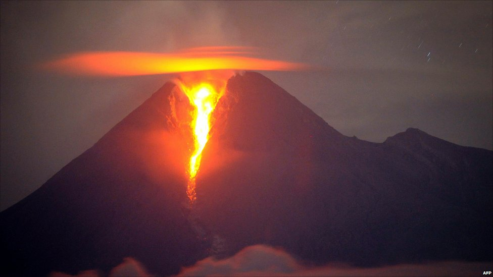Long-exposure image of Mt Merapi, in central Java, erupting (2 Nov 2010)
