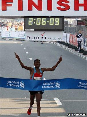 Haile Gebrselassie completes the Dubai marathon (Jan 2010)