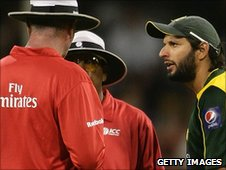 Shahid Afridi speaks to the umpires during the Perth game where he bit the ball
