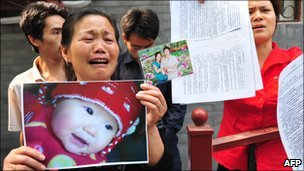 A grieving woman protests outside the Ministry of Health in Beijing (May 2009)
