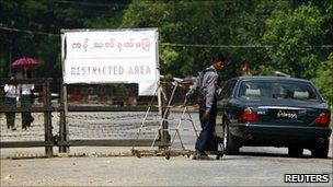 A vehicle passes a checkpoint near the home of Aung San Suu Kyi (12 November 2010)