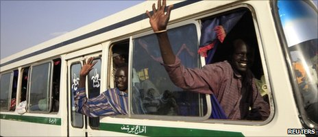 Southerners waving goodbye in Khartoum as they leave for Unity State (28 October 2010)