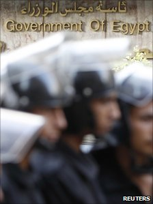 Riot police stand outside an Egyptian government building in Cairo (25 October 2010)