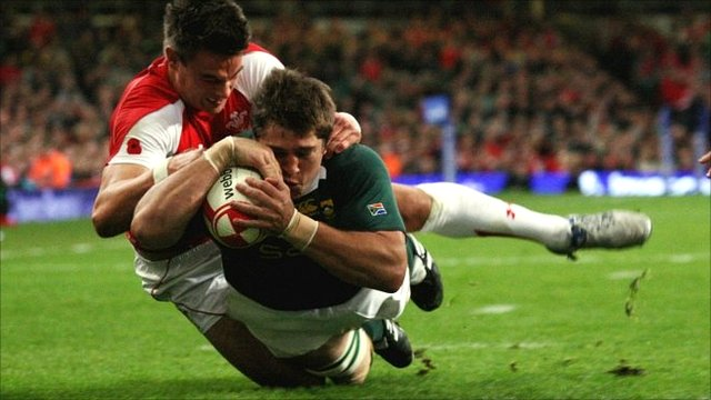 South Africa's Willem Alberts scores a try