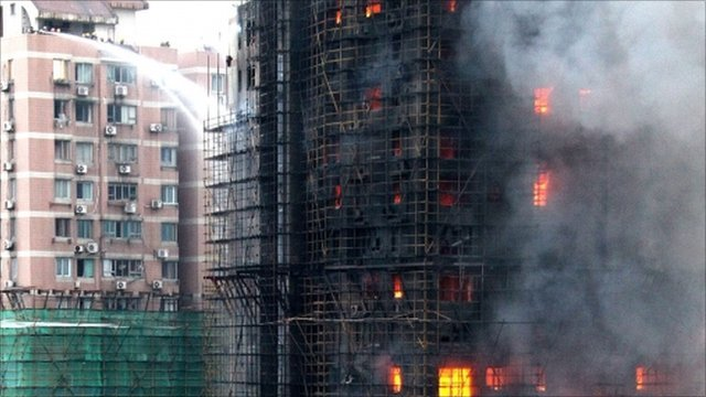 Apartment building on fire Shanghai (AP)