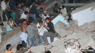 People search for survivors under the rubble in Delhi on 15 November 2010