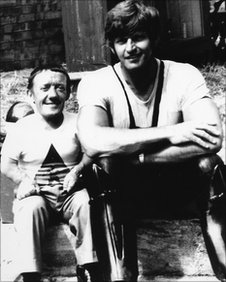 Kenny Baker (left) and Dave Prowse (right) on thr set of Star Wars in 1976
