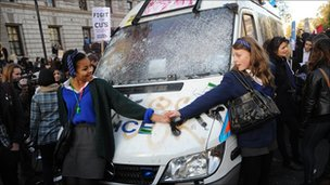 Pupils from a London school protected a police van that had been attacked. They told vandals to withdraw.