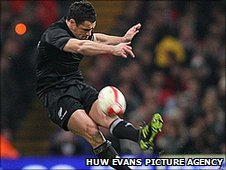 Dan Carter becomes world rugby's record points scorer