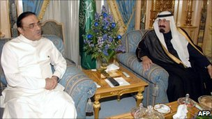 File picture from November 2008 shows Saudi King Abdullah (R) meeting Pakistani President Asif Ali Zardari in Riyadh