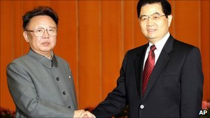Kim Jong-il and Hu Jintao shake hands in Beijing (18 January 2006)