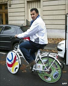Ruud Gullit gets on a bike to promote the Netherlands/Belgium bid