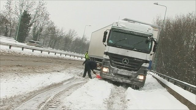 A lorry gets stuck in Hempstead, Kent