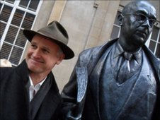 Artist Martin Jennings next to Phillip Larkin statue