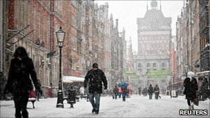 Pedestrians in the snow in Gdansk, Poland (2 Dec 2010)