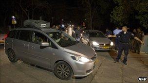 Police help people evacuate in northern Haifa, Israel (2 Dec 2010)