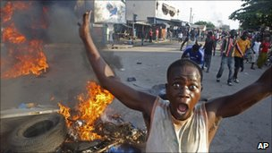 Youths burning tyres in Abidjan