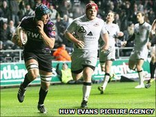 Justin Tipuric lights up the Liberty Stadium with a superb first-half try