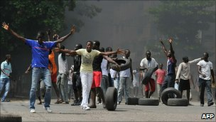 Protesters on the streets of Abidjan, Ivory Coast (4 Dec 2010)