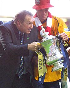 Gerard Houllier and Jamie Carragher celebrate Liverpool's 2001 FA Cup triumph