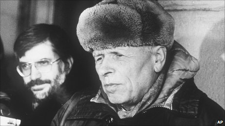 Andrei Sakharov talks to western reporters February 1988. Photo by Boris Yurchenko, AP.