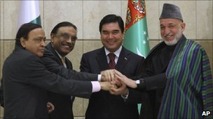From left to right: Indian energy minister Murli Deora, Pakistani President Asif Ali Zardari, Turkmen President Kurbanguly Berdymukhamedov and Afghan President Hamid Karzai shakes hands in Ashgabat, Turkmenistan, 11 December