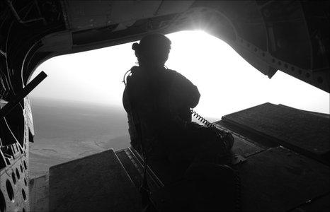Milwr yn un o'r awyrennau yn cyrraedd Afghanistan