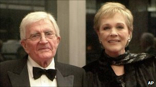 Blake Edwards with his wife, Julie Andrews, in 2001