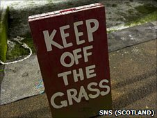Sign saying 'Keep off the Grass'